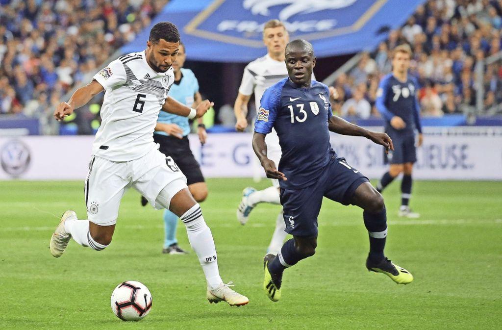 Serge Gnabry (links) im Länderspiel gegen Frankreich in Paris. Foto: Baumann