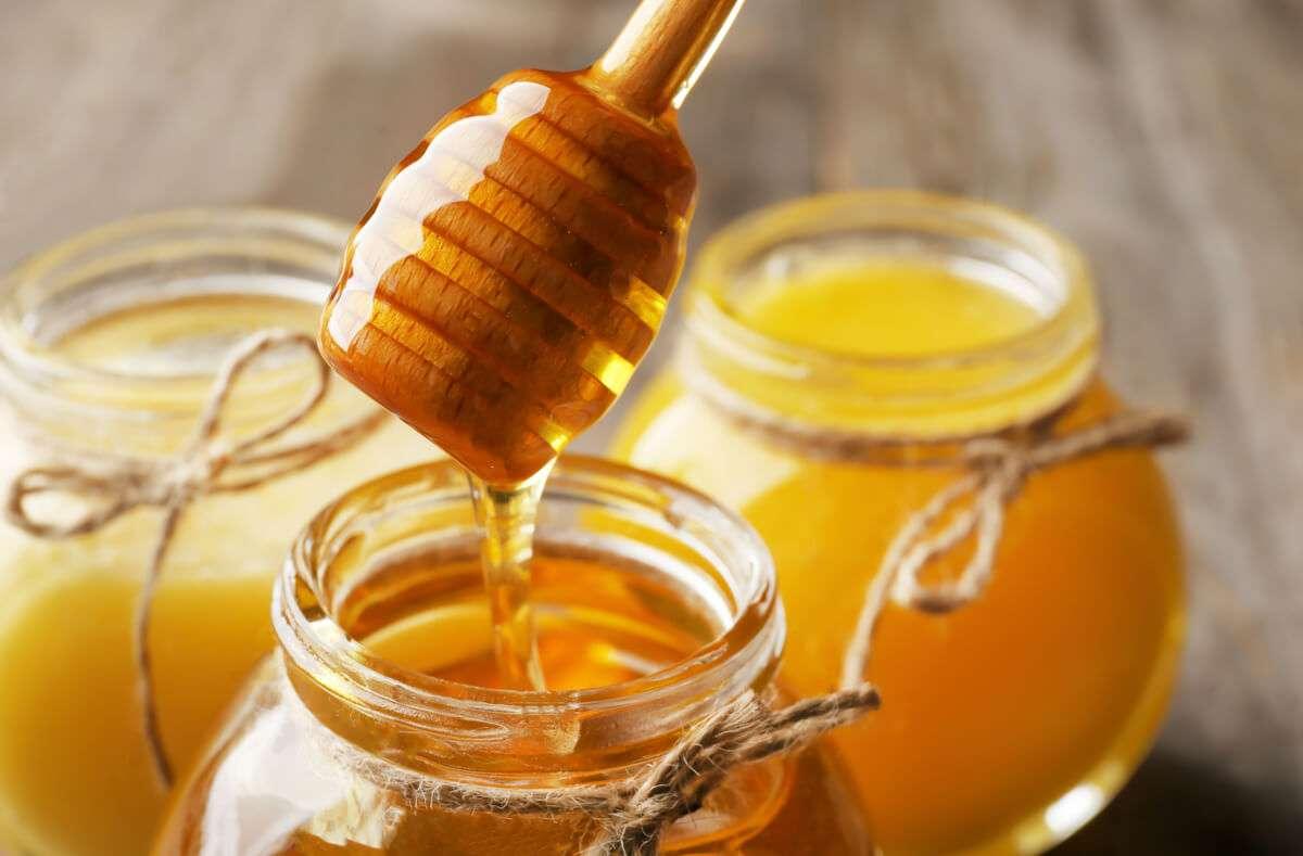Was macht Honig zu der süßen, goldenen Masse, die wir kennen? Wir erklären Ihnen, wie Honig entsteht und welche Stoffe sich in ihm befinden. Foto: Africa Studio / Shutterstock.com