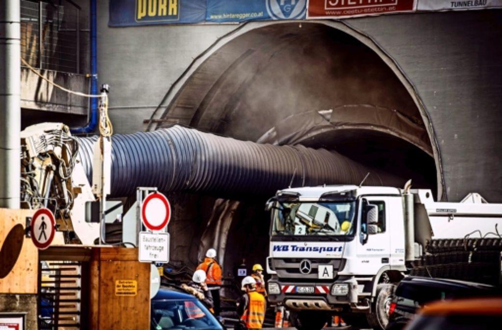 Rauch dringt aus der Rettungszufahrt,  der nahe Wagenburgtunnel  ist während der Sprengung gesperrt. Weitere Eindrücke zeigt die folgende Fotostrecke. Foto: Lichtgut/Leif Piechowski
