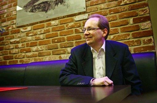 Götz Poppitz in dem Backnanger Restaurant Merlin, wo sich auch regelmäßig der Ortsverband trifft. Foto: Gottfried Stoppel