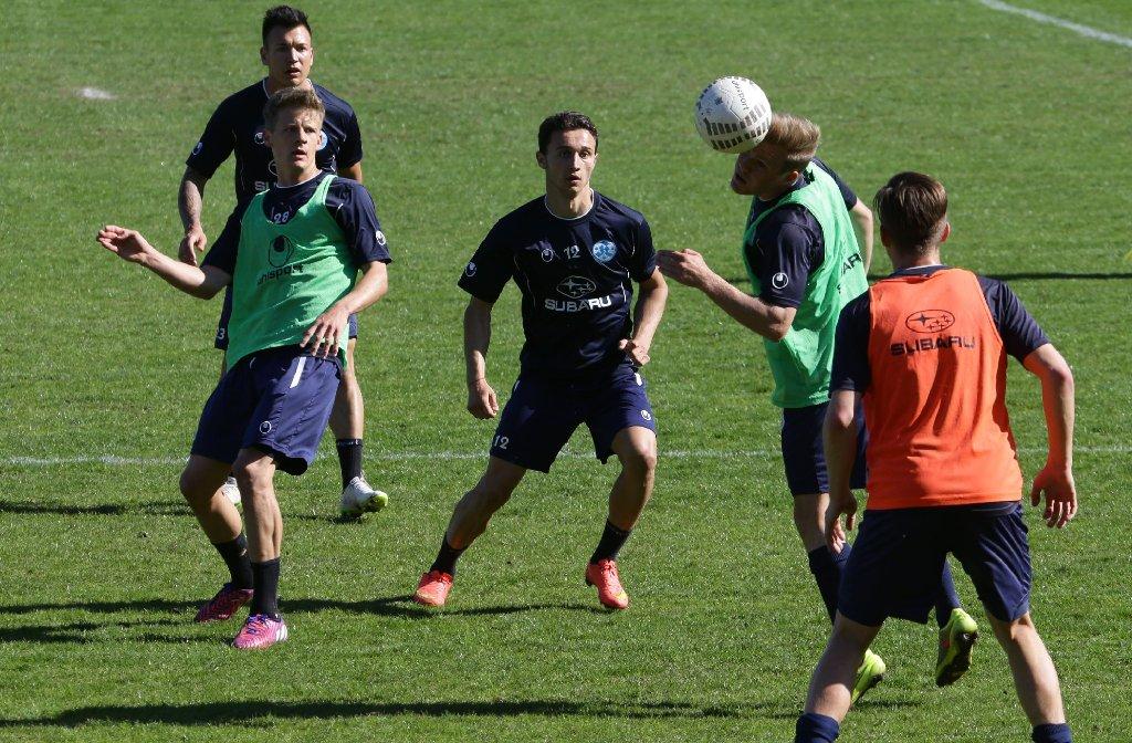 Bei den Stuttgarter Kickers geht es vor dem Spiel beim FC Energie Cottbus zur Sache.  Foto: Pressefoto Baumann