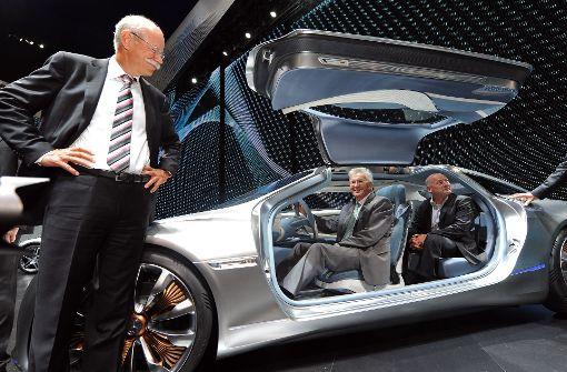 Der Vorstandsvorsitzende der Daimler AG, Dieter Zetsche (links) bei der IAA in Frankfurt am Main mit Ministerpräsident Winfried Kretschmann und Verkehrsminister Winfried Hermann. An diesem Freitag treffen sie sich zum Autogipfel im Neuen Schloss in Stuttgart. Foto: dpa