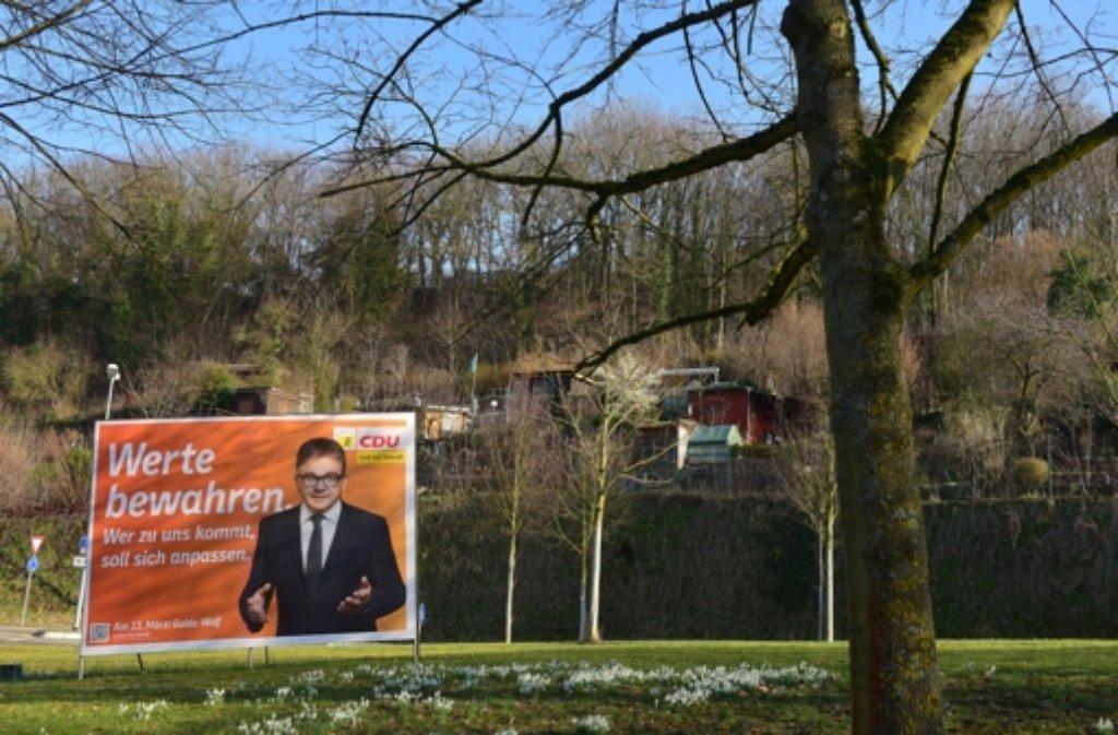 Etwas verloren steht dieses Wahlplakat in der Landschaft. Auch die Umfragewerte für die CDU sind nicht gut. Foto: Getty Images