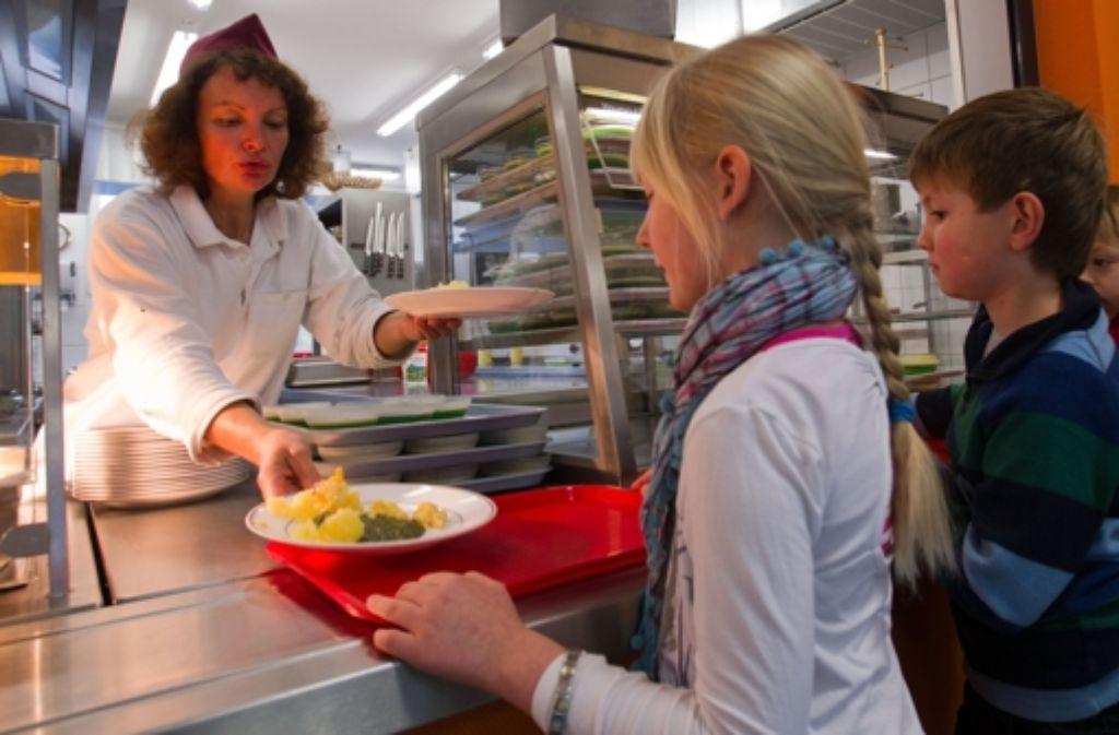Das Essen in deutschen Schulen ist oft nicht ausgewogen genug.  Foto: dpa-Zentralbild