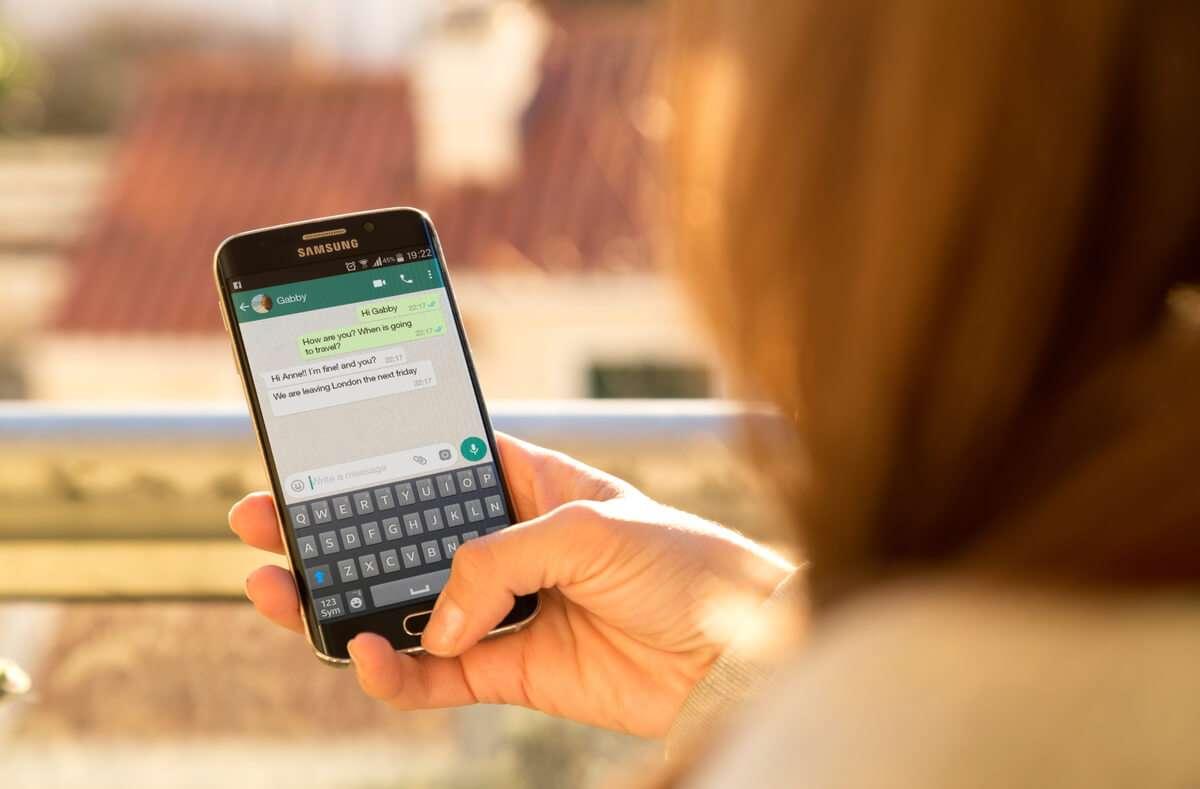 So können Sie Texte auf WhatsApp mit und ohne Zeichen fett, kursiv, durchgestrichen und in Monospace formatieren. Foto: Alex Photo Stock / Shutterstock.com