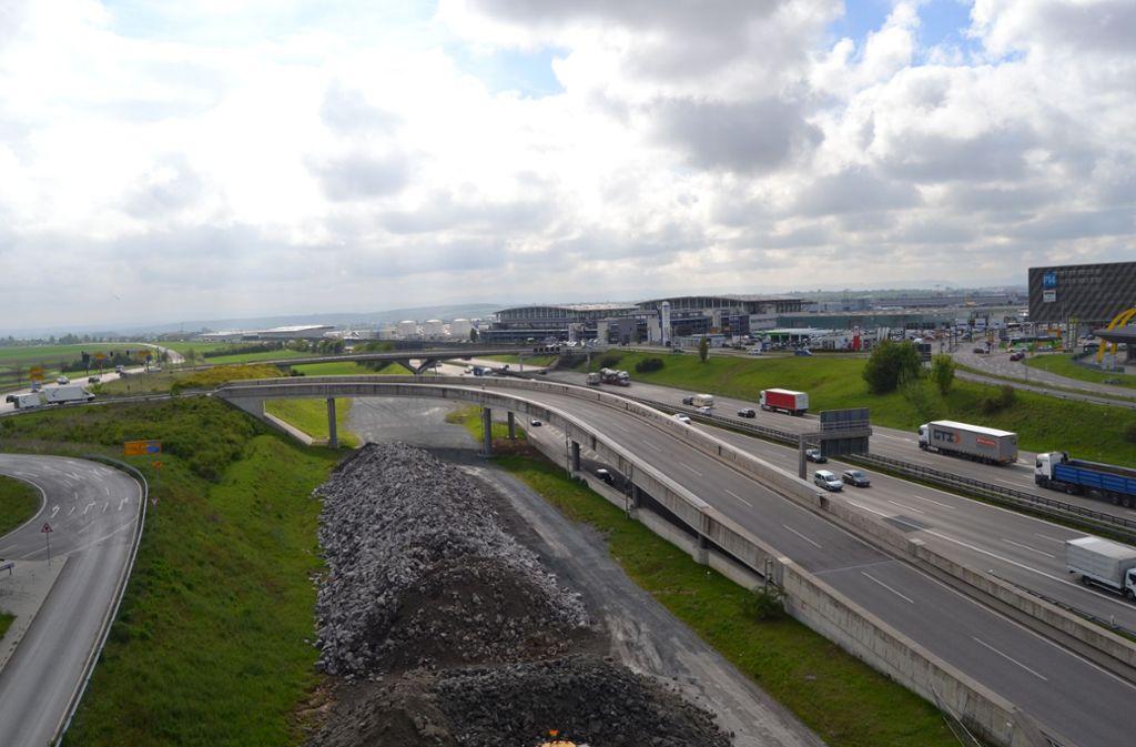 Brücken am Flughafen sind so gebaut, dass die neue Bahnstrecke darunter hindurch passt. Wann weiter gebaut werden kann, ist aber ungewiss. Foto: Archiv