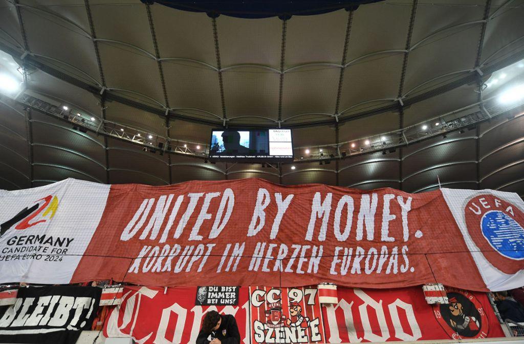 Fans des VfB prangen Korruption im Profifußball an Foto: dpa