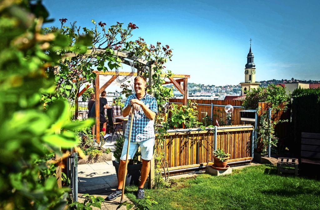 Hobbygärtner Christoph Thiel hat sich eine grüne Oase über den Dächern im Hospitalviertel geschaffen. Foto: Lichtgut/Max Kovalenko