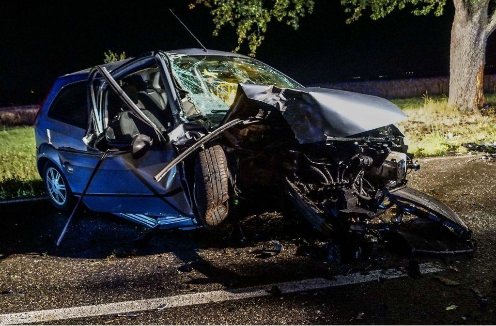 Der Fahrer wurde in seinem Auto eingeklemmt. Foto: SDMG