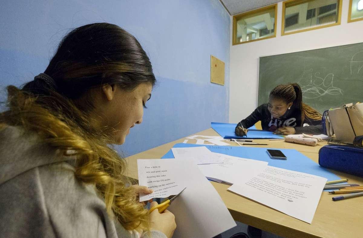 Gemeinsames Hausaufgaben machen im Haus 49 noch vor der Pandemie Foto: Caritasverband Stuttgart e.V.