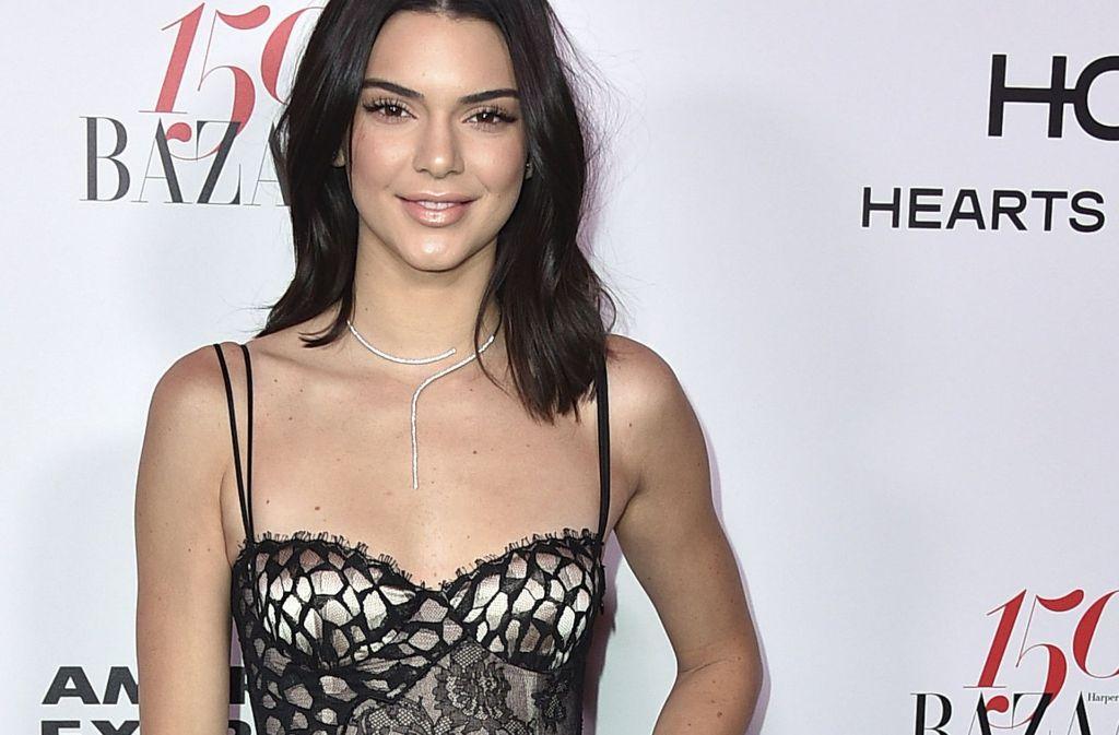 Kendall Jenner setzte auf ein eher freizügiges schwarzes Kleid. Foto: AFP