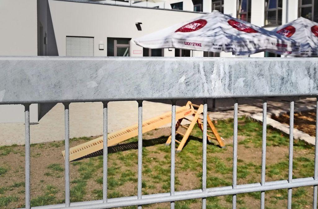 Die Schirme mit Zigarettenlogo sind laut  Träger ein Provisorium. Foto: Cedric Rehman
