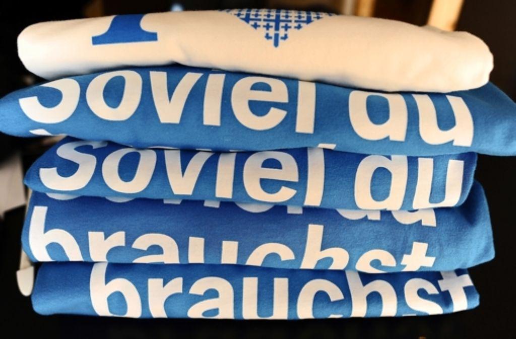 """T-Shirts mit dem Motto des Evangelischen Kirchentags, der am 1. Mai in Hamburg beginnt: """"Soviel du brauchst ..."""" Foto: dpa"""