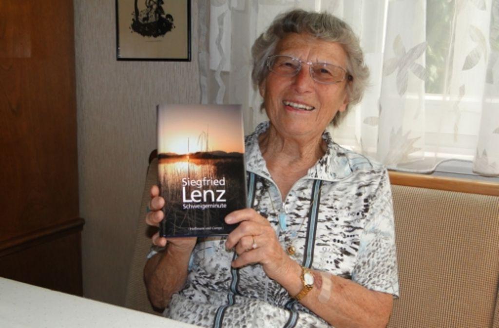 """Helga Wacker mag es anspruchsvoll. """"Schweigeminute"""" von Siegfried Lenz ist nicht leicht zu lesen, aber gehaltvoll. Aber manchmal darf es auch ein Krimi sein. Foto: Waltraud Daniela Engel"""