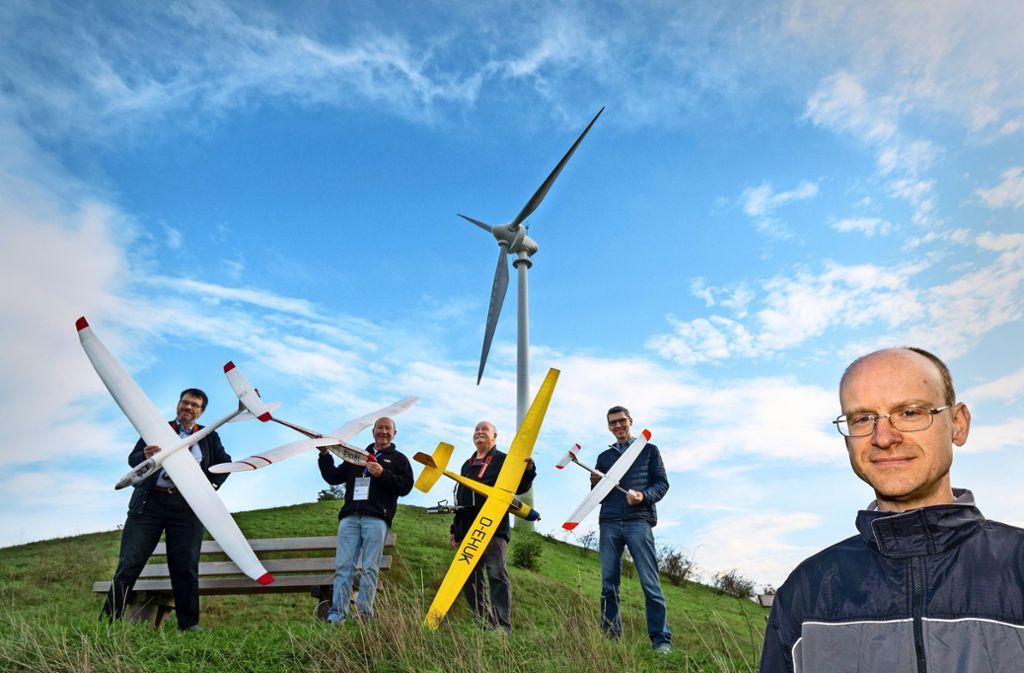 Martin Röttgen (vorne rechts) und andere Modellsegelflieger-Freunde der Interessengemeinschaft Grüner Heiner Foto: factum/Andreas Weise