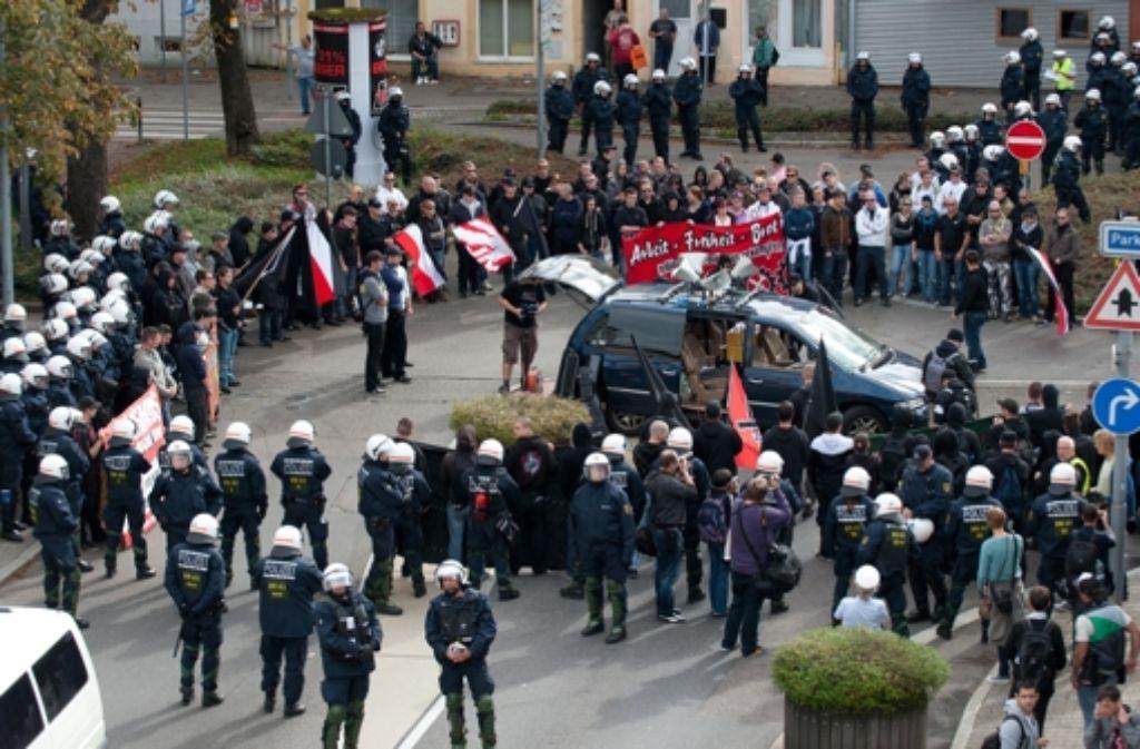 Ein massives Polizeiaufgebot begleitet den Aufmarsch von 150 Neonazis Anfang Oktober in Göppingen. Foto: dpa