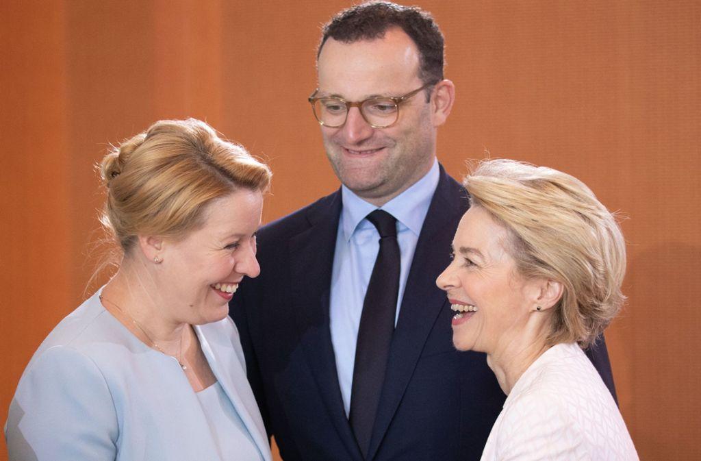 Trotz des politischen Widerstands ihrer Partei begegnete Franziska Giffey (SPD, li.) ihrer Ministerkollegin Ursula von der Leyen am Mittwoch bei der Kabinettssitzung in Berlin ausgesprochen freundlich. Jens Spahn schaute amüsiert zu. Foto: Getty Images