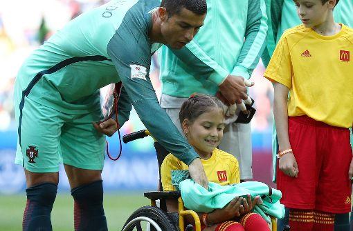 Ronaldo schenkt Mädchen im Rollstuhl einen Kuss