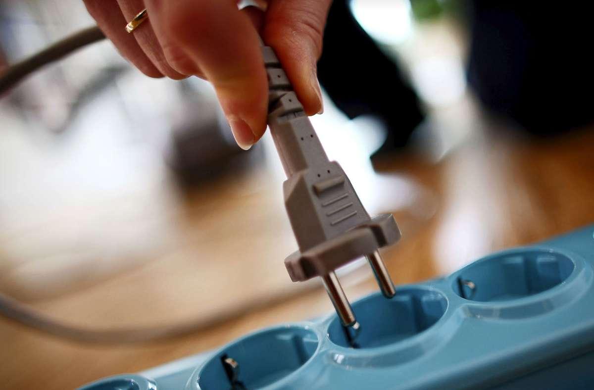Stecker aus der Dose zu ziehen, hilft beim Sparen von Kriechstrom. Foto: dpa/Oliver Berg