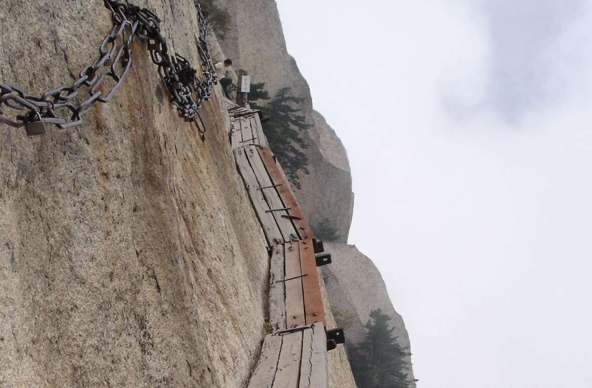 Der Huà Shān ist einer der fünf heiligen Berge Chinas in der Provinz Shaanxi. Das Gebirgsmassiv ist wegen seiner steilen, malerischen Felswände und seiner gefährlichen Steige auf die Gipfel berühmt. Foto: Wikipedia commons/I, Ondřej Žváček/CC BY 2.5
