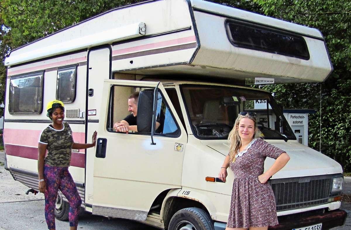 Sandra Roßbach, Dominik Schmid und Sefira da Silva Mahler (von rechts) waren das erste Mal mit dem Wohnmobil unterwegs und beenden ihren Kurztrip beim Putzen des Leihfahrzeugs auf dem Stellplatz in Bernhausen. Foto: Claudia Barner