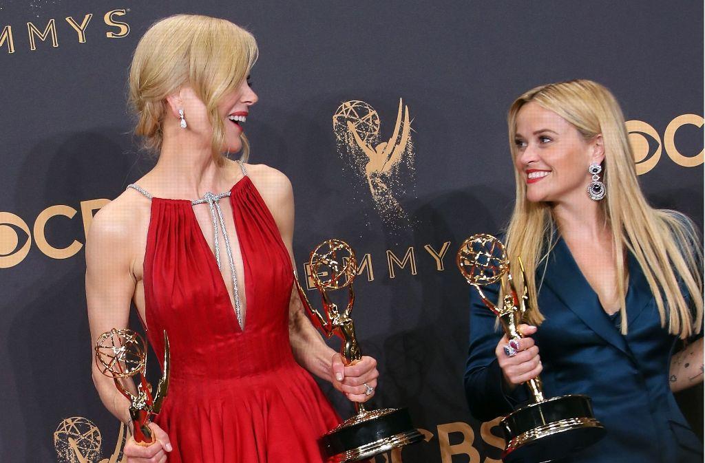 Neben den Schauspielerinnen Nicole Kidman (l) und Reese Witherspoon zeigten sich noch weitere Berühmtheiten in schönen Outfits bei den Emmy Awards. Foto: Getty Images North America