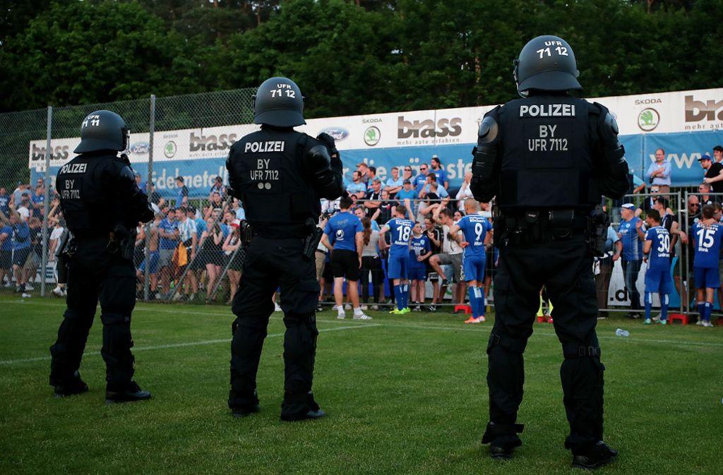 Beim Spiel der Stuttgarter Kickers in Alzenau war die Polizei mit vielen Beamten im Einsatz. Foto: Pressefoto Baumann