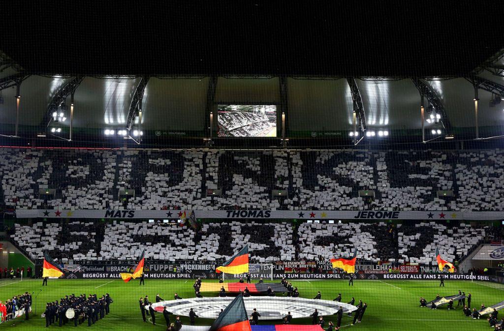Vor der Partie gegen Serbien ehrten die Fans auch einige Ex-Spieler des DFB-Teams. Foto: Bongarts