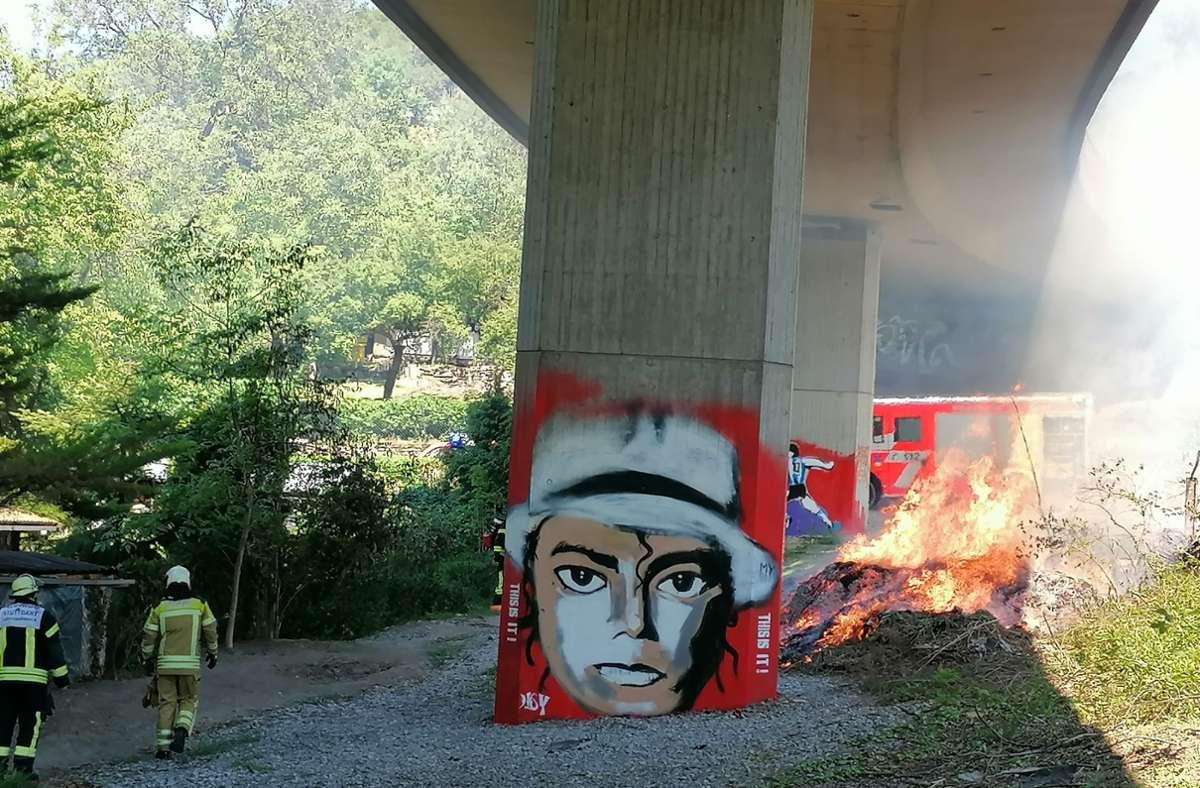 Unterhalb der Auffahrtsrampe zur Friedrichswahl ist ein Feuer ausgebrochen. Foto: Andreas Rosar/Fotoagentur Stuttgart