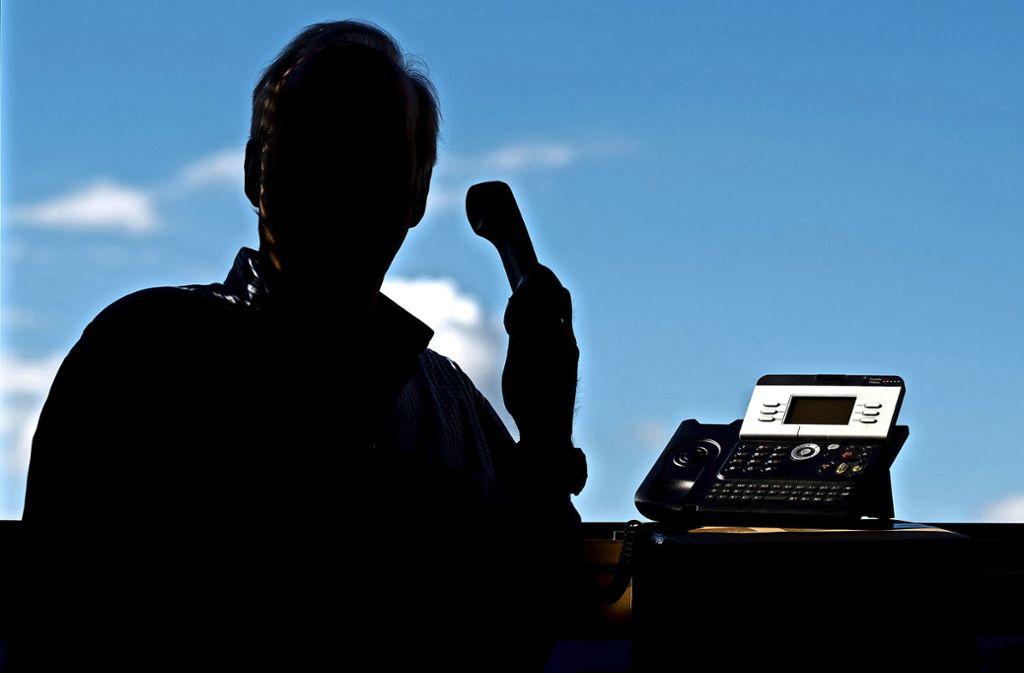 Immer wieder rufen Betrüger bei Senioren an, und geben sich als Polizisten aus. Foto: dpa/Julian Stratenschulte