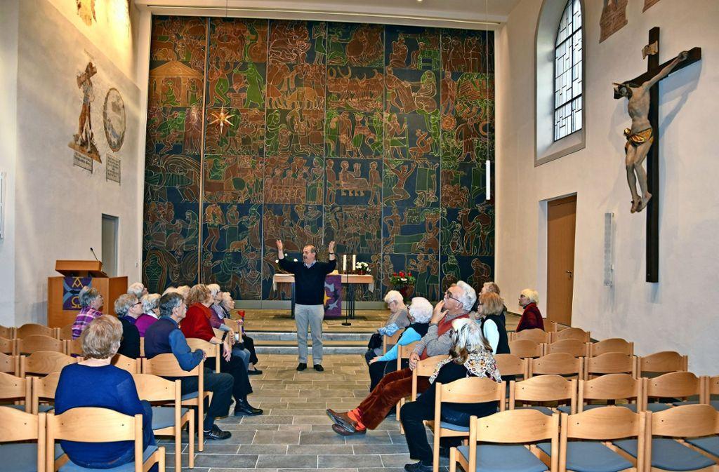Die Teilnehmer des ökumenischen Seniorenkreises waren von der neugestalteten, hellen Stadtkirche begeistert. Foto: