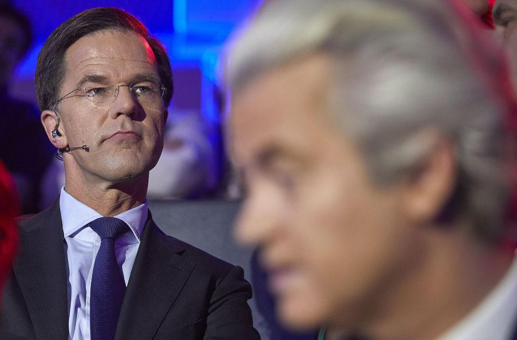 Der niederländische Ministerpräsident Mark Rutte (links) und der Rechtspopulist Geert Wilders nehmen in Den Haag am letzten TV-Duell vor den Parlamentswahlen teil. Foto: HH Pool/AP