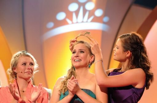 Annika Strebel  setzt sich die Krone auf