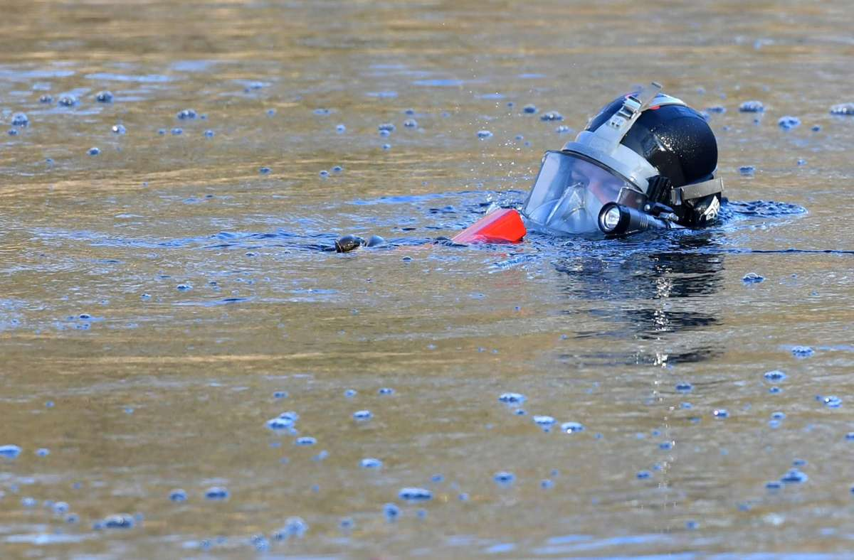 Vergangene Woche wurde das Wrack von Polizeitauchern aus dem Fluss gezogen. (Symbolbild) Foto: dpa/Paul Zinken