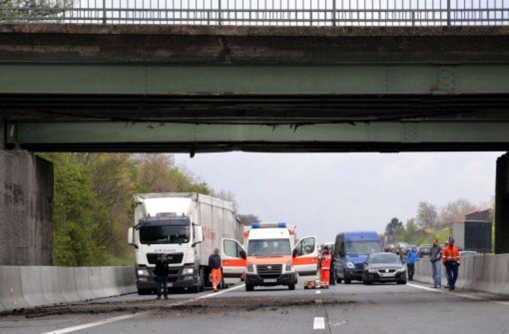 Ein Lkw-Fahrer vergisst, den Kran einzufahren und bleibt bei Korb im Rems-Murr-Kreis an einer Brücke über die B14 hängen - und weitere Meldungen der Polizei aus der Region. Foto: dpa/Symbolbild