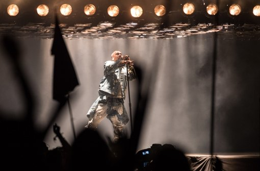 Kanye West singt gegen den Protest an