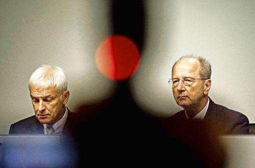 Matthias Müller (links) und Hans Dieter Pötsch (rechts) sind nun als Vorstände der Porsche Holding ins Visier der Justiz geraten.      Was wussten sie wann? Foto: imago stock&people