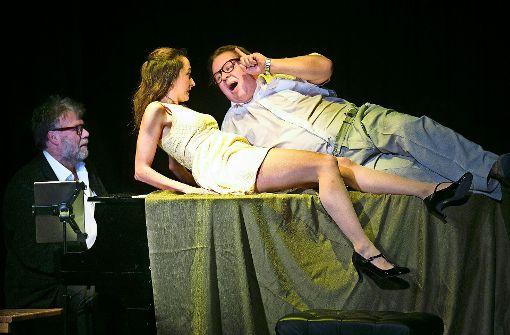 """""""Beinharte Sexszene auf dem Flügel."""" Magdalena Scharler und Gerhard Polacek geben alles.  Rainer Hiby (links) bleibt nur die Rolle des staunenden Zuschauers. Foto: Horst Rudel"""