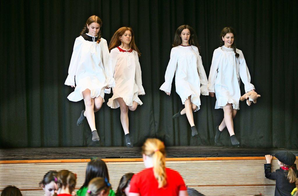 Die jungen Tänzerinnen erleben viele spannende Abenteuer auf ihrem Weg zurück in die Feenwelt. Foto: