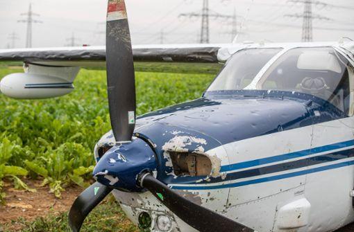Motor fällt aus – Pilot landet Flugzeug im Acker