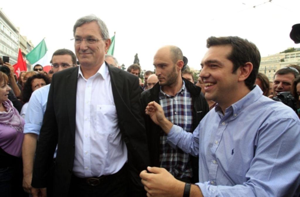 Bernd Riexinger (links) und Alexis Tsipras stehen an der Spitze der Demonstranten vor dem Athener Parlamentsgebäude – reden dürfen sie dennoch nicht. Foto: ANA-MPA