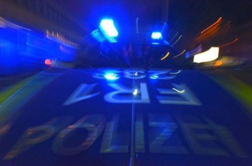 Ruhestörer widersetzen sich der Polizei