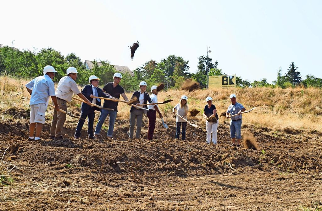Zum Baustart an der Aidenbergsteige nehmen Investoren, Architekten und Politiker die Schaufel in die Hand. Foto: Kathrin Klette