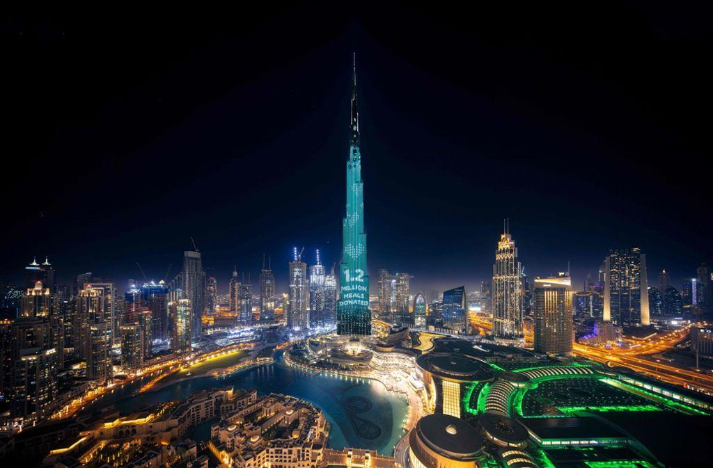 Der Burj Khalifa in Dubai leuchtet hell auf, das Spendenziel von 1,2 Millionen Mahlzeiten für bedürftige Menschen wurde innerhalb kürzester Zeit erreicht. Foto: AFP