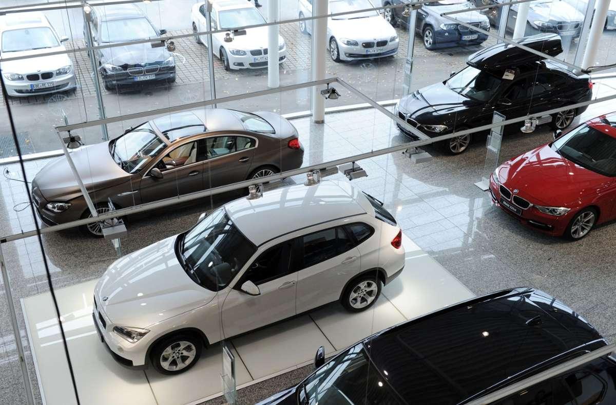 Autohändler bleiben derzeit auf ihren Fahrzeugen sitzen. Die Verkaufszahlen sind schlecht. (Symbolbild) Foto: dpa/Tobias Hase