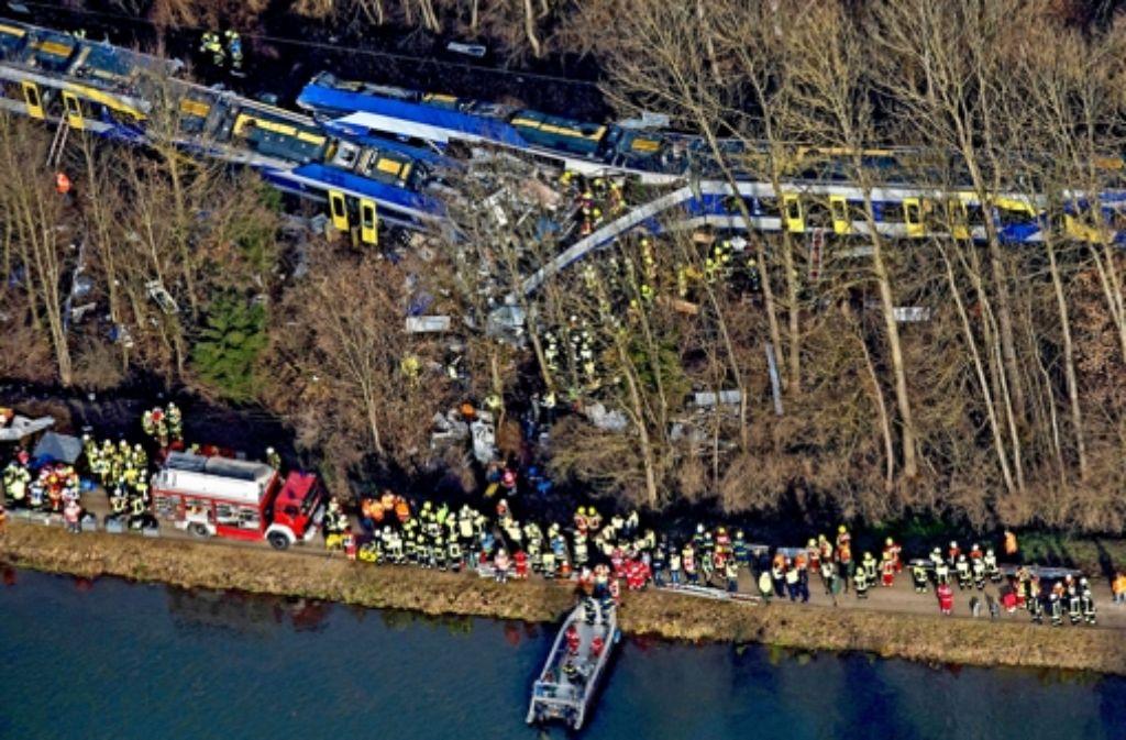 Seit der Kollision wird gerätselt, ob sich das Unglück hätte vermeiden lassen.  Dokumente der Bahn zeigen nun, dass auf der Strecke das Notrufsystem ausgefallen ist. Foto: dpa