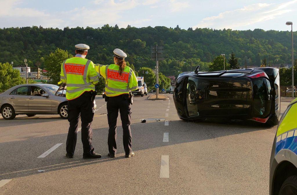 Die Polizei nimmt den Unfall an einer Kreuzung in Stuttgart-Wangen auf. Foto: 7aktuell.de/Alexander Hald