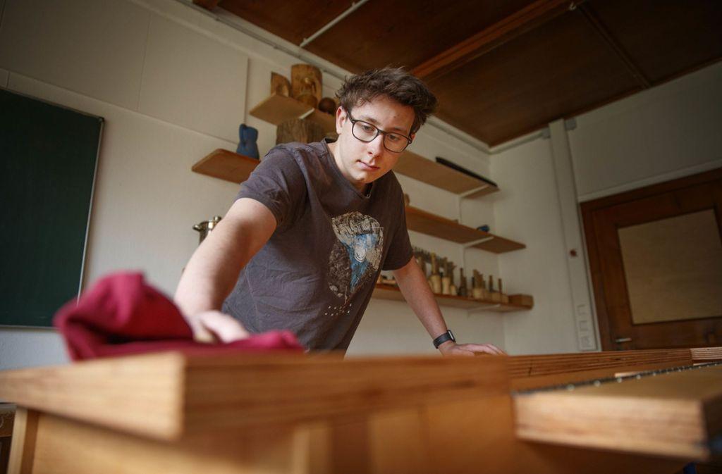 Schüler Jakob Kuhnle mit seinem selbst gefertigten Schreibtisch. Foto: