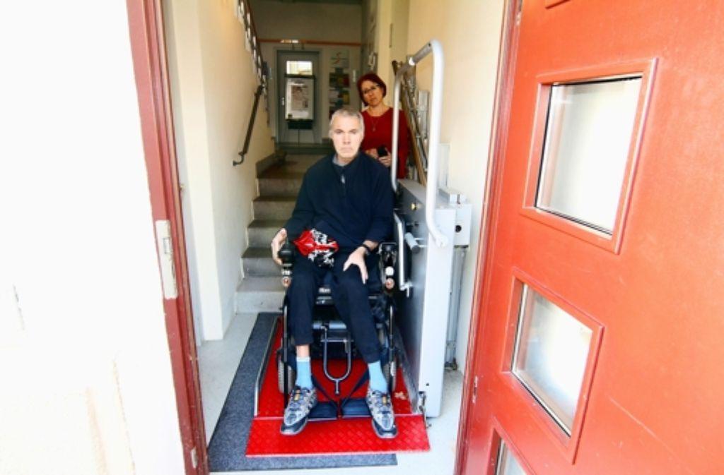 Der Rollstuhl von Wilhelm Maier passt gerade noch auf die Hebebühne. Foto: Chris Lederer