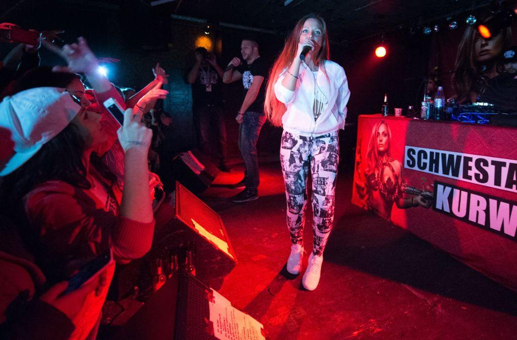 Die Rapperin Schwesta Ewa bei einem Auftritt in Frankfurt. Foto: dpa